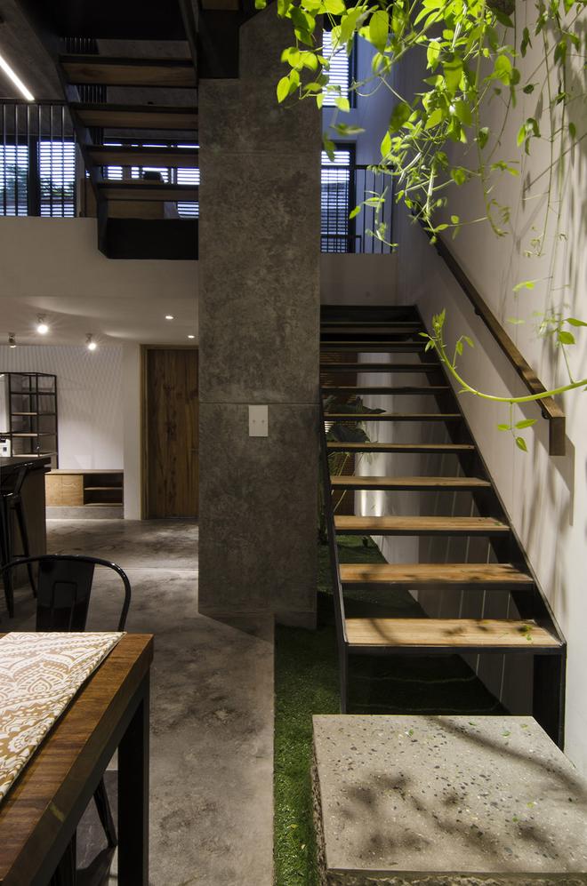 Tầng một dành cho không gian bếp, phòng ăn và một khoảng xanh nho nhỏ