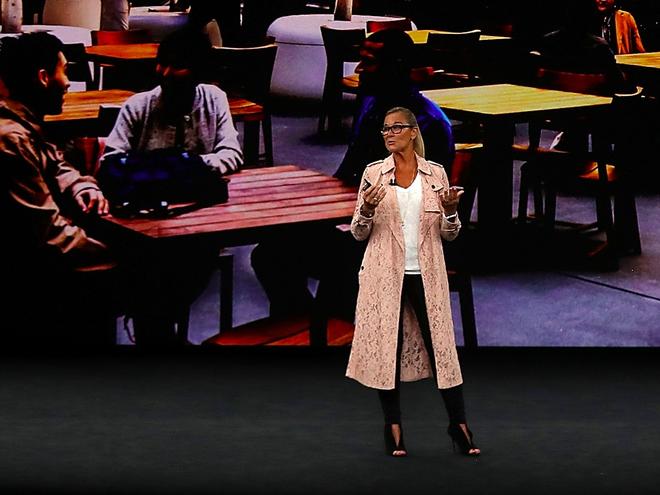 Angela Ahrendts xuất hiện trên sân khấu với chiếc áo khoác đắt ngang 3 chiếc iPhone X