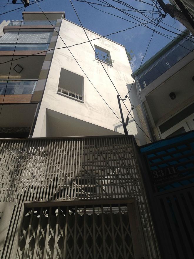 Ngôi nhà 42m2 kỳ lạ ở Sài Gòn: Bên ngoài tưởng kín như hũ nút, bên trong thoáng mát rộng mở thênh thang - Ảnh 1.