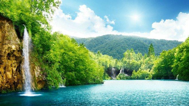 Màu xanh bát ngát của núi rừng, vẻ trong trẻo của bầu trời và âm thanh róc rách của những dòng suối, mọi thứ như tạo lên một vẻ đẹp thiên đường, cảm xúc thật khó tả.