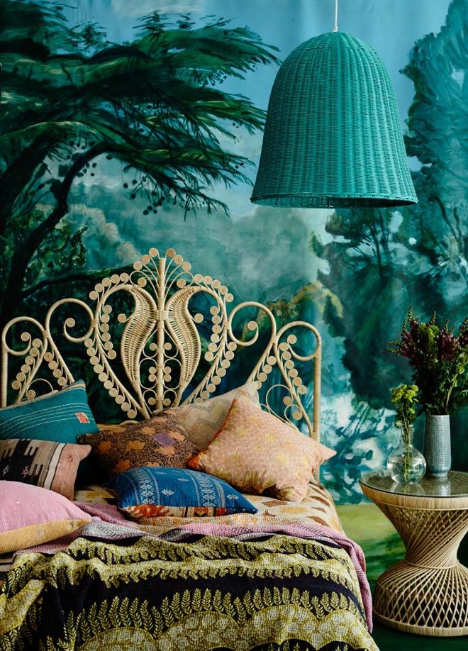 Một diện tường được vẽ bởi bức bích họa với những hình ảnh của rừng cây, cùng màu xanh với sắc độ khá đậm sẽ khiến không gian phòng ngủ của bạn sâu hơn và có điểm nhấn hơn rất nhiều.