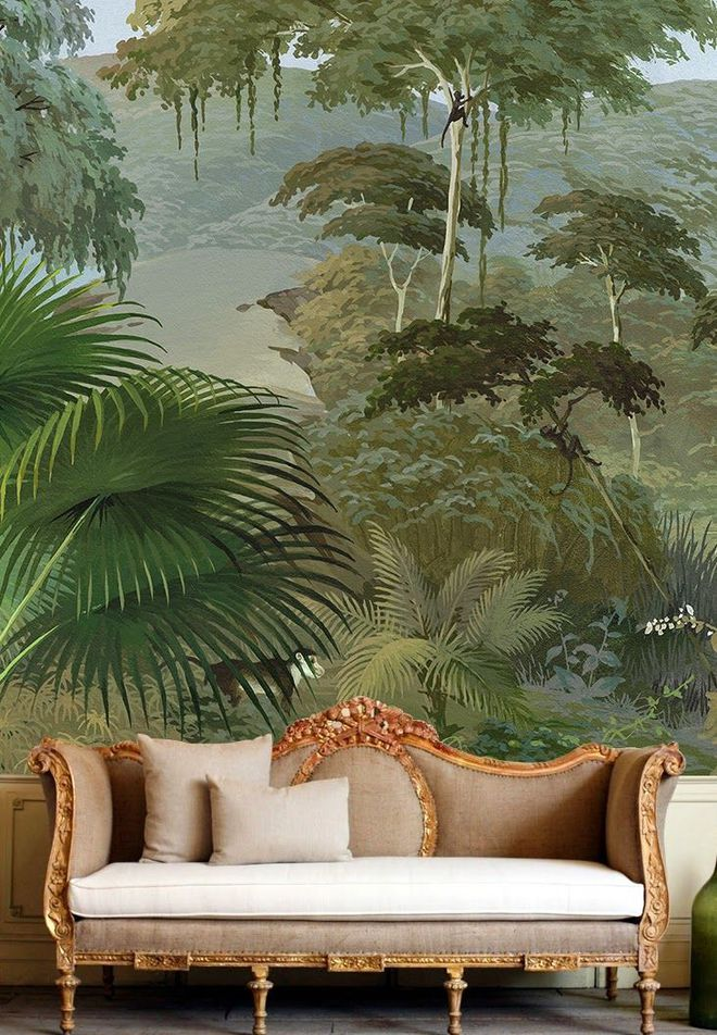 Cả cánh rừng được lột tả sâu sắc thông qua bức bích họa này.