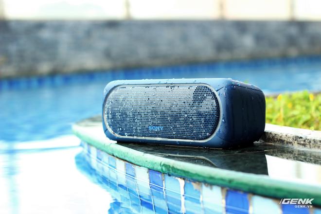 Với chuẩn chống nước IPX5, bạn sẽ quên đi nỗi lo làm rớt những chiếc loa này xuống nước ở những buổi pool party hoặc đi biển trong mùa hè này.