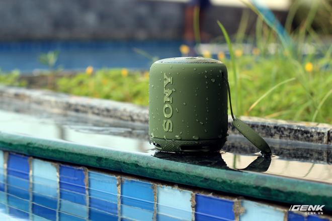 Tuy nhiên, XB10 lại sở hữu thời lượng pin lên tới 16 tiếng, tích hợp sẵn NFC cũng như chống nước chuẩn IPX5.