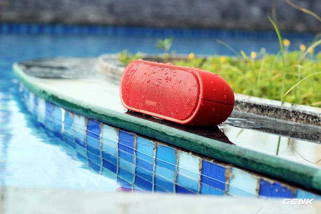 Khả năng chống nước chuẩn IPX5 là một điểm cộng cho XB20 so với nhiều đối thủ khác trong tầm giá 2 triệu đồng.