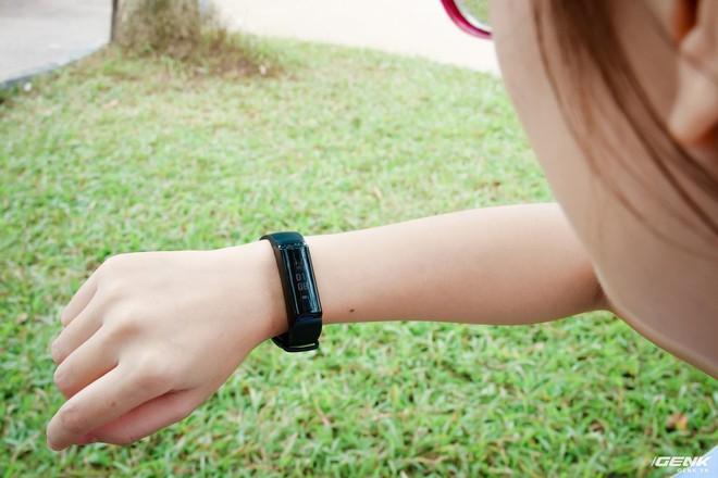 Được trang bị cảm biến chuyển động để tự động tắt mở màn hình khi đưa tay lên xem giờ