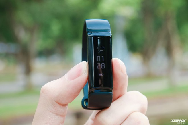 Mặt của chiếc vòng đeo tay này được làm bằng nhựa có dạng cong 2,5D bên dưới là màn hình hiển thị dạng OLED hình chữ nhật kéo dài theo chiều dài của phần thân chính của chiếc vòng.