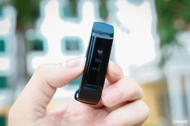 Nhấn 2 lần vào phím cứng trên thiết bị để đo nhịp tim nhanh