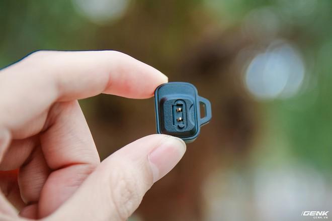 Do nó khá bé nên nhà sản xuất đã thiết kế thêm một lỗ nhỏ để người dùng có thể móc vào những đồ vật khác tránh bị thất lạc.
