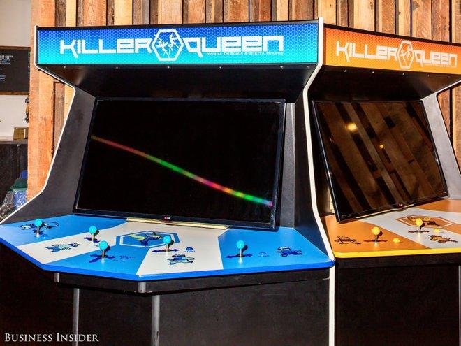 Ở văn phòng tại Brooklyn của Kickstarter, nhân viên có thể chơi game Killer Queen trong một khu bếp rộng và giống như ở nhà.