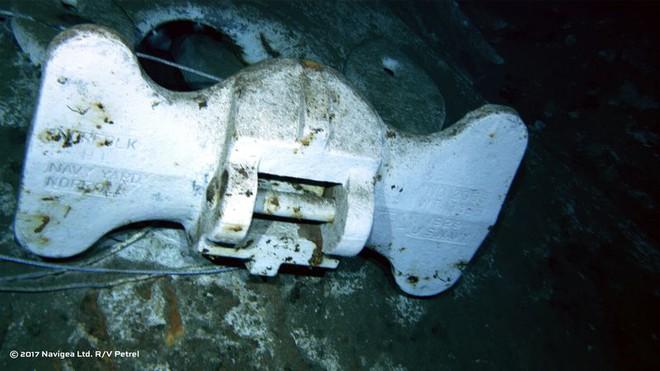 Mỏ neo có ghi chữ Hải quân Hoa Kỳ - U.S. Navy và Sân tập kết tàu hải quân Norfolk - Norfolk Navy Yard.