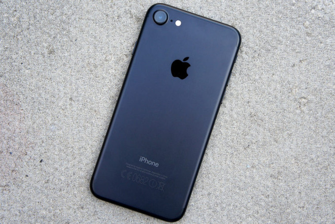 Apple iPhone 7 (giá tham khảo: 9.5 triệu đồng cho máy lock 32GB qua sử dụng) sở hữu màn hình 4.7 inch nhỏ hơn đáng kể so với Note7. Thiết kế, camera và pin của iPhone 7 cũng thua kém. Ngoài ra, không thể bỏ qua điểm yếu của hàng lock như phải dùng SIM ghép có nguy cơ bị khóa, hay máy qua sử dụng có tỷ lệ rủi ro cao hơn. Điểm nổi trội nhất của chiếc máy này là hệ điều hành iOS ổn định, dễ sử dụng, kết hợp với con chip A10 Fusion cho hiệu năng đầu bảng hiện nay. iPhone 7 cũng có khả năng chống nước chuẩn IP67.
