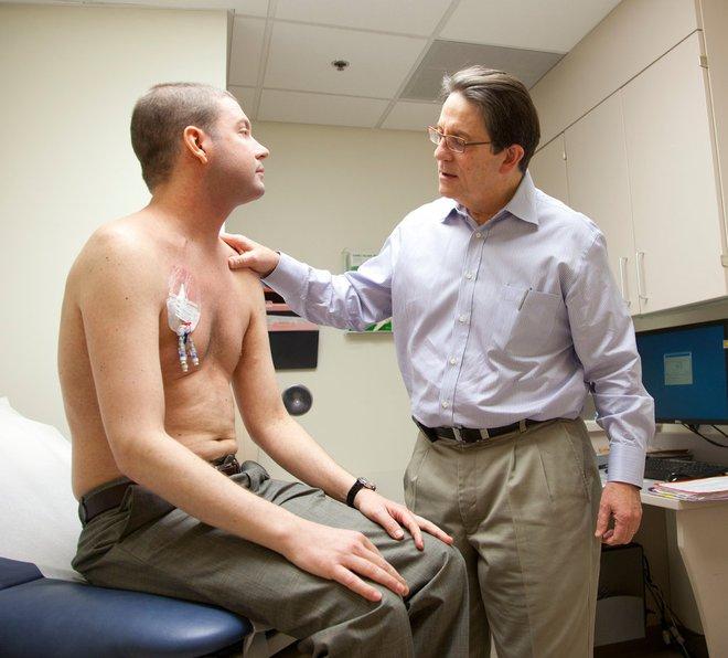 Lukas Wartman với ống thông trên ngực, vào thời điểm anh thử sử dụng máy lọc máu