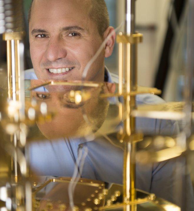 Giáo sư của QuTech, ông Leo DiCarlo trong phòng thí nghiệm điện toán lượng tử của QuTech.