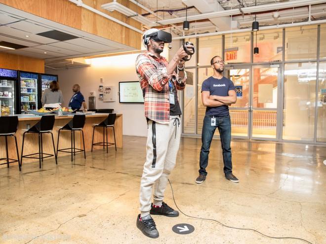 Nhân viên của LinkedIn không phải là những người duy nhất được sống trong thế giới ảo tại nơi làm việc. Bởi Facebook cũng cho phép nhân viên của họ thử nghiệm công nghệ VR tại văn phòng.