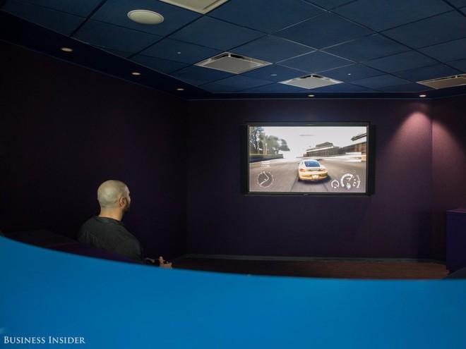 Nhân viên LinkedIn có thể thưởng thức một bộ phim hoặc một video game ngay tại rạp chiếu phim ở văn phòng.