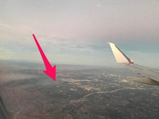 Đang ngồi trong máy bay, hành khách bất ngờ phát hiện một chiếc Drone đang lượn lờ gần cửa sổ - Ảnh 1.
