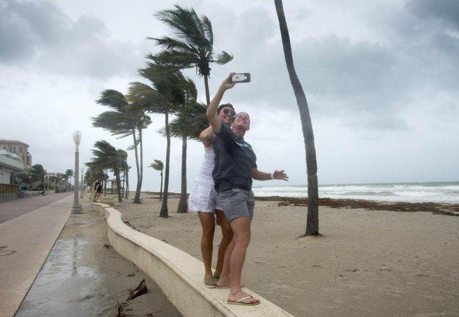 Người dân Mỹ vẫn hào hứng selfie bất chấp nguy hiểm mà cơn bão mang lại