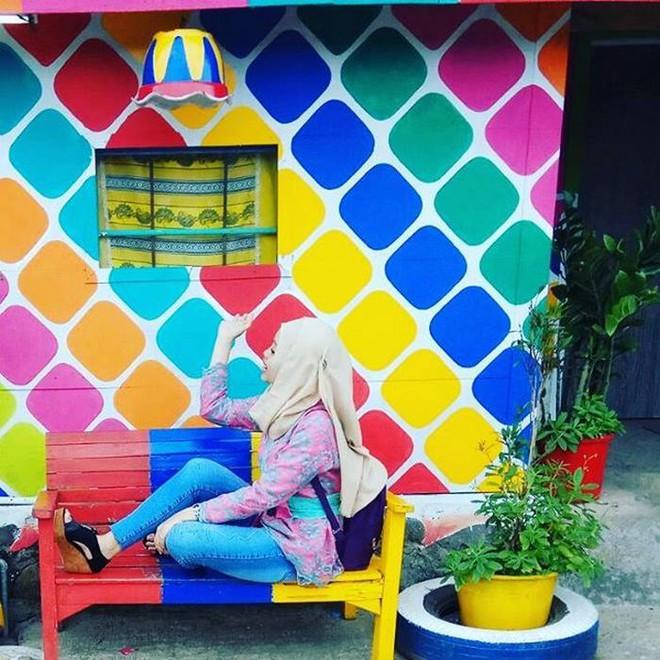 Ông đề xuất sơn lại toàn bộ 390 ngôi nhà tại Kampung Palengi bằng các màu sắc rực rỡ