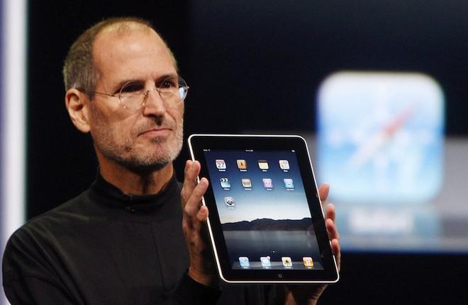 Steve Jobs và chiếc iPad đời đầu