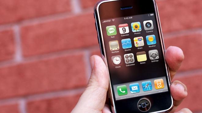 Ra mắt vào tháng 1 nhưng mãi tới cuối tháng 6 năm 2007, iPhone đời đầu mới chính thức lên kệ.
