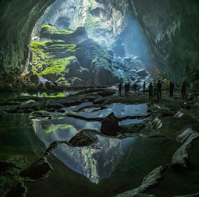 Hang Sơn Đoòng tại xã Tân Trạch, huyện Bố Trạch, tỉnh Quảng Bình, Việt Nam được coi là hang động tự nhiên lớn nhất thế giới. Hang này nằm trong quần thể hang động Phong Nha-Kẻ Bàng. Hang Sơn Đoòng là một phần của hệ thống ngầm nối với hơn 150 động khác ở Việt Nam gần biên giới với Lào. New York Times xếp hang Sơn Đoòng vào vị trí thứ 8 trong 52 địa danh trong danh sách những nơi nên đến năm 2014. Bức ảnh được chụp bởi nhiếp ảnh gia Ronald Fritz