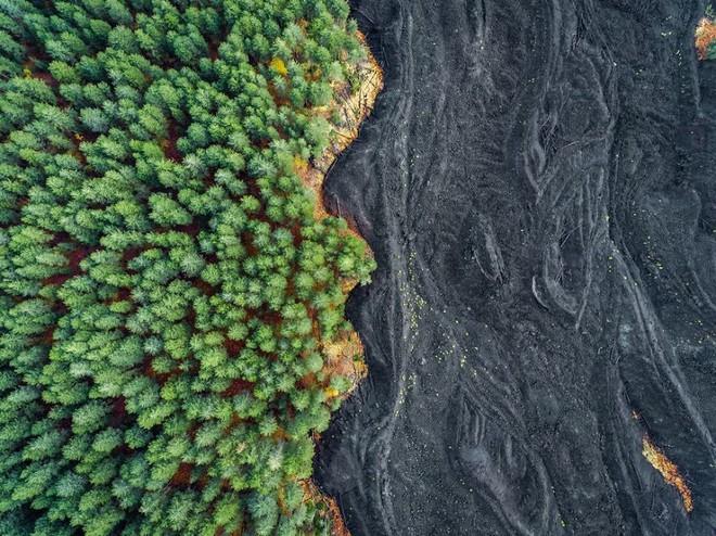 Bức ảnh được chụp bằng drone ở Sicily. Những gợn sóng nham thạch đã rắn lại đến từ vụ vun trào của núi lửa Etna vào năm 2002, thậm chí nó còn được đưa vào bộ phim Star Wars: Episode III. Bức ảnh được thực hiện bởi nhiếp ảnh gia Placido Faranda