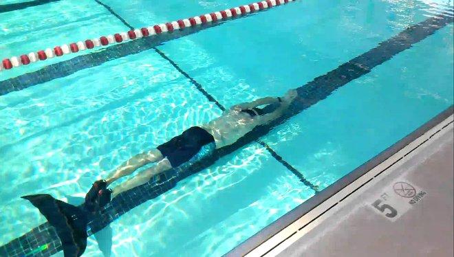 Lunocet Monofin - Thiết bị cơ khí mô phỏng chuyển động của đuôi cá, giúp vận động viên bơi lội tăng tốc độ