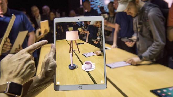 ARKit hoạt động trơn tru trên chiếc iPad tại Hội nghị Các nhà phát triển Toàn cầu của Apple. Ảnh từ Bloomberg.