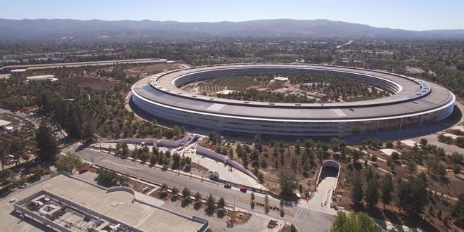 """Được đặt tên Apple Park, trụ sở của Apple nhìn từ xa giống với một """"tàu vũ trụ"""" hình tròn"""