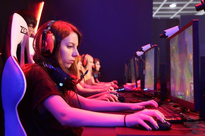Cuộc sống đầy gian truân của các nữ game thủ chuyên nghiệp Trung Quốc, mỗi ngày tập luyện 8 tiếng, xinh đẹp, hát hay, múa giỏi mới được ưu tiên - Ảnh 3.