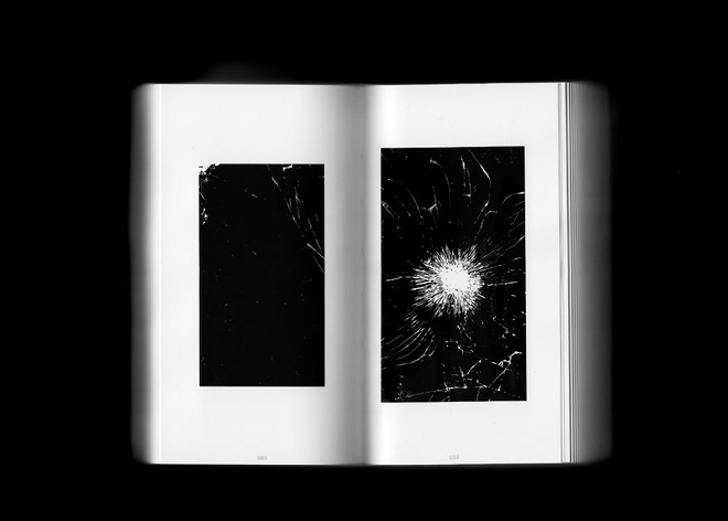 Cả cuốn sách có toàn bộ số ảnh của 666 chiếc iPhone vỡ màn hình