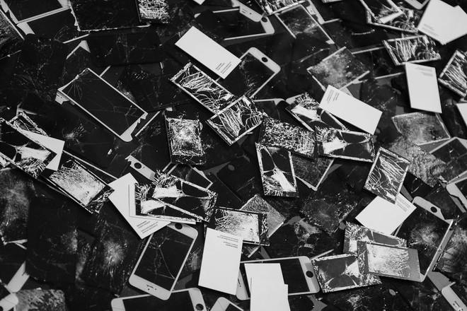 Card Visit của Daria Kravetz được trộn lẫn với số iPhone vỡ màn hình