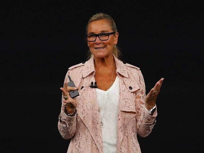 Xuất hiện tại sự kiện vô cùng quan trọng của Apple dưới vai trò giám đốc bán lẻ, chẳng có lý do gì để không mặc đẹp