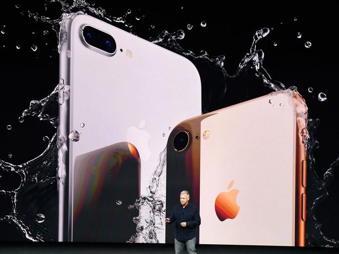 iPhone 8 và 8 Plus vẫn giữ thiết kế cũ.