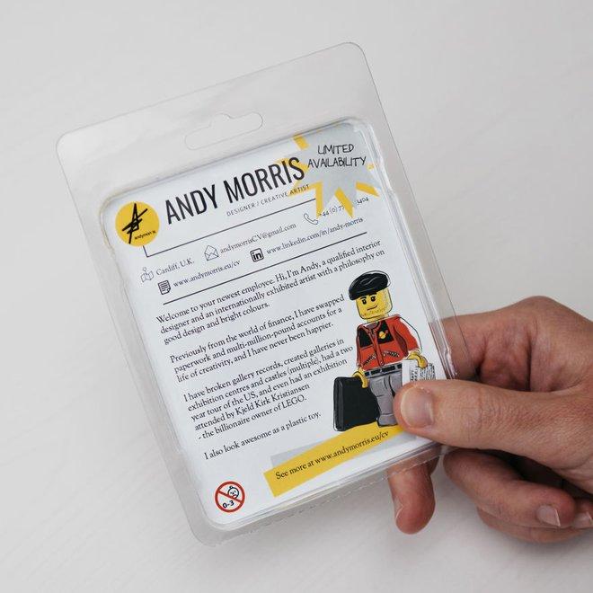 Mặt sau ghi rõ thông tin, miêu tả bản thân và những thành tích cũng như kinh nghiệm của Andy  Dưới hình dạng đồ chơi, trông tôi cũng rất tuyệt