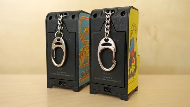Mỗi bộ Tiny Arcade được tích hợp một móc treo phía sau, ý tưởng của nhà sản xuất là treo máy chơi game này chung với chùm chìa khóa