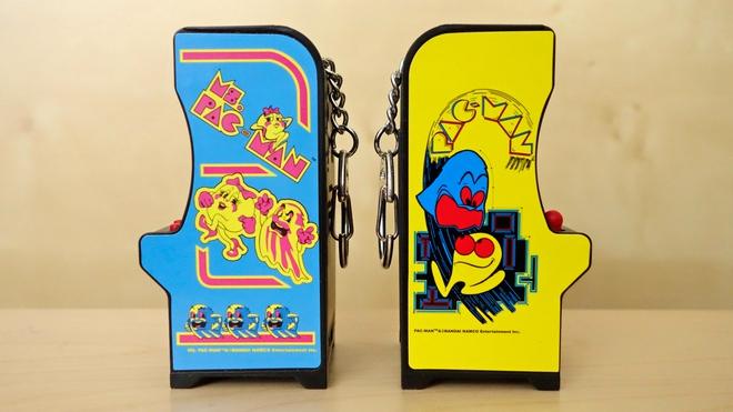 Trong ảnh là 2 trong số 4 phiên bản Tiny Arcade đang được bán trên thị trường (Pac-Man, Ms.Pac-Man, Galaxian và Space Invaders)