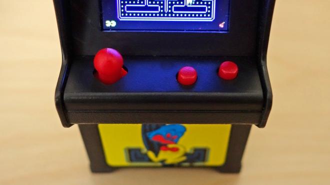 Mỗi máy Tiny Arcade được trang bị joystick và 2 nút bấm