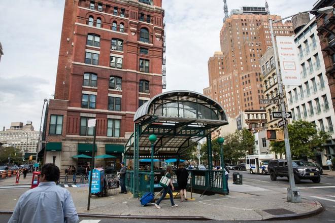 Phương tiện công cộng hay tàu điện ngầm ở Tribeca bao gồm các tuyến được đánh số và chữ như 1,2,3,A,C,E,N,Q,R và W