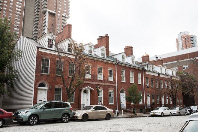 Đây là những ngôi nhà cổ trên đường Harrison Street được xây dựng từ năm 1819. Hiện căn nhà số 27A đang được bán với giá lên tới 6,5 triệu USD