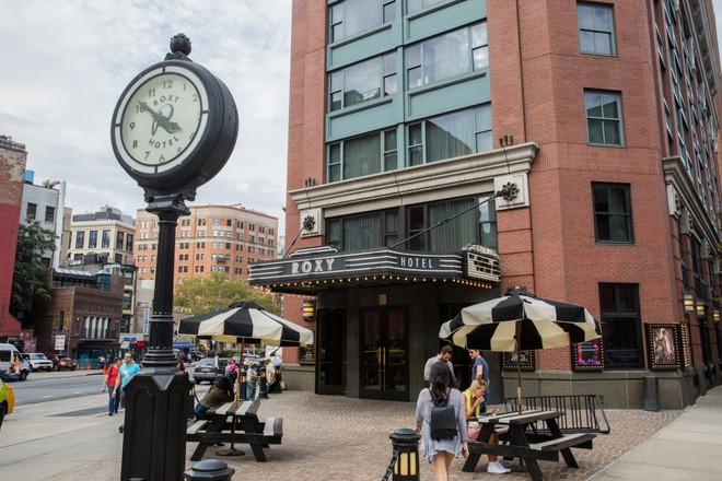 Khách sạn Roxy, với lối kiến trúc vừa cổ điển xen lẫn hiện đại, có hẳn một rạp phim và câu lạc bộ nhạc Jazz ở bên trong