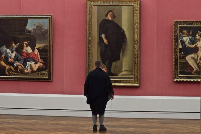 Vệt đen trên tường giống cây gậy chống trong tay chàng béo