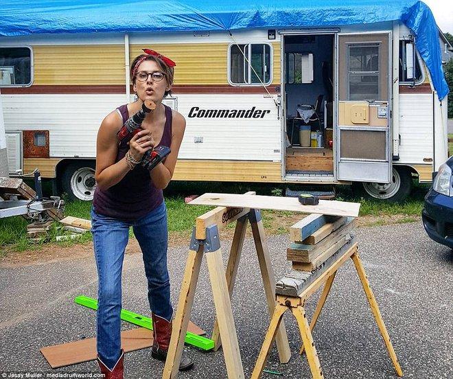 Jessy tự tay gắn những tấm ván gỗ lên tường, lắp đặt phòng ngủ, hệ thống điện nước cho nhà bếp...