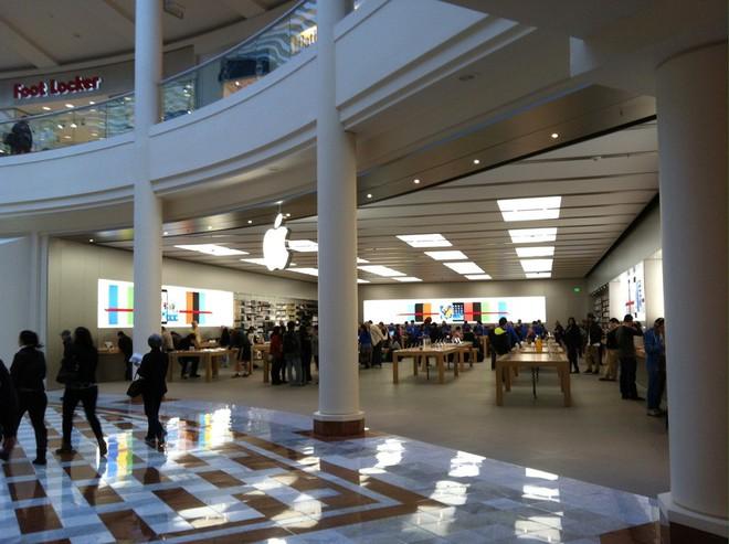 Ba tên trộm vừa đánh cắp hơn 300 chiếc iPhone X tại Apple Store San Francisco - Ảnh 1.