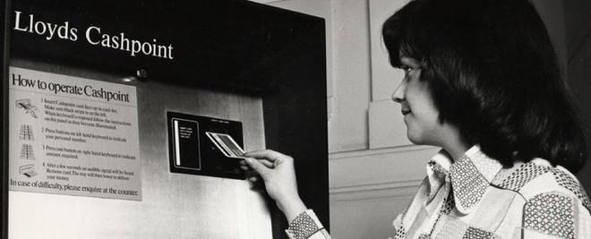 Một người đang đọc hướng dẫn sử dụng ATM vào thời gian đầu.