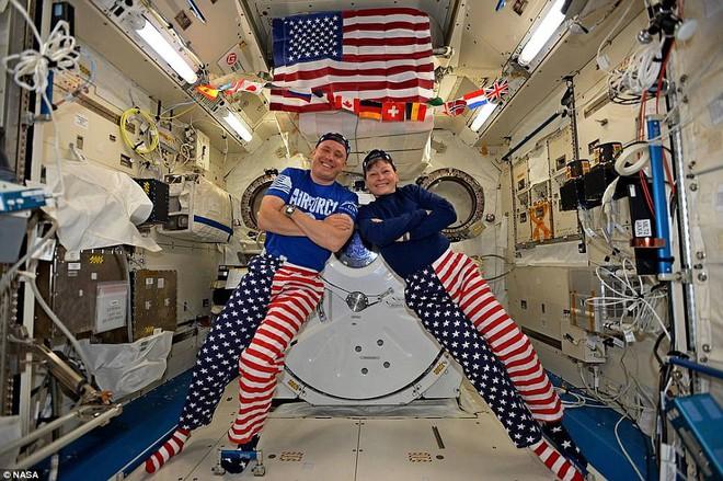 Các phi hành gia của NASA Jack Fischer và Peggy Whitson ăn mừng ngày mùng 4 tháng 7 từ hơn 402 km xa khỏi bề mặt Trái đất tại Trạm Vũ trụ Quốc tế