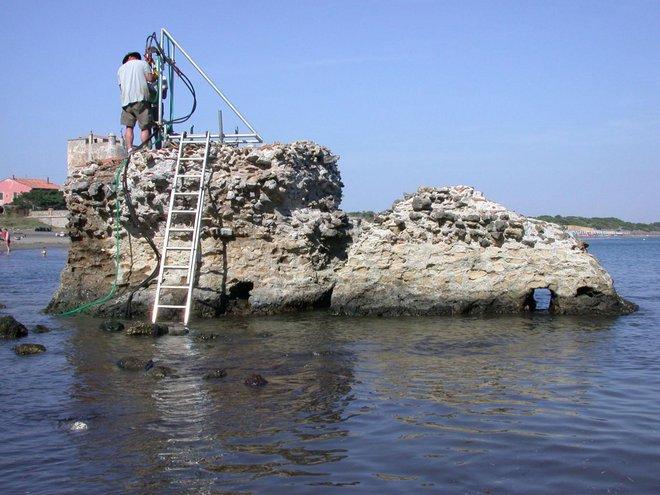 Các nhà khoa học đang nghiên cứu một bức tường còn sót lại trên biển.