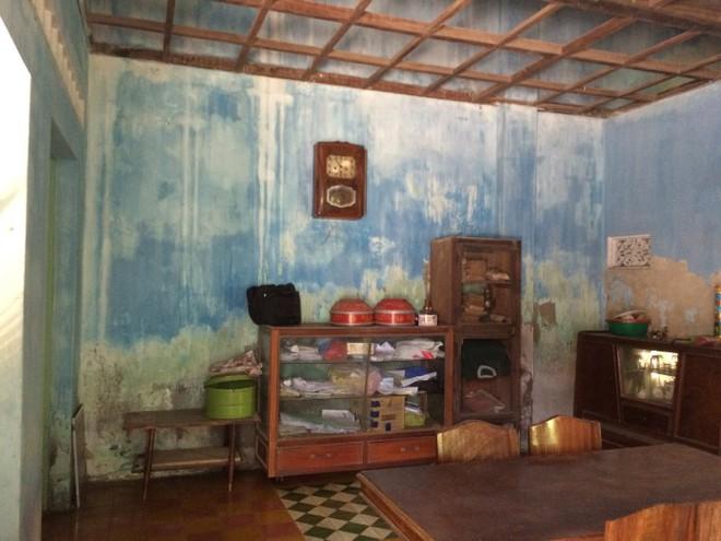 Ngôi nhà truyền thống với lớp vôi đã tróc và bạc màu nghiêm trọng do ngấm nước