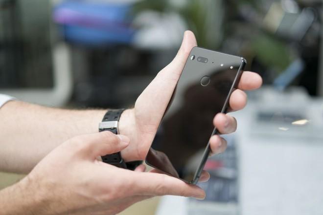Mặt sau của điện thoại được làm từ gương như sứ và có phần kết nối làm bằng nam châm, camera kép, và cảm biến dấu vân tay Photographer: Mark Gurman/Bloomberg